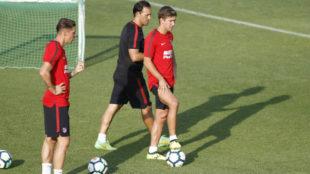 Vietto pisa el balón durante un entrenamiento en presencia de...
