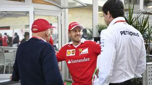 Niki Lauda y Toto Wolff charlan con Vettel en el GP de EEUU de 2016.
