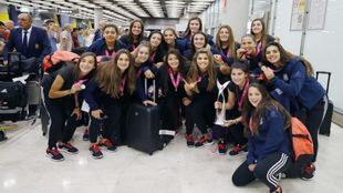 Celebración de la selección femenina sub19 en el aeropuerto