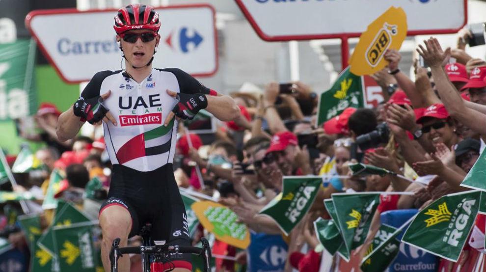 Mohoric celebrando en Cuenca su primer triunfo en una gran vuelta.