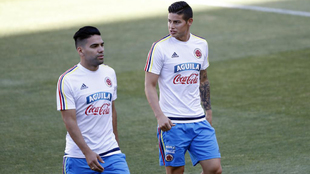 Falcao García (31) y James Rodríguez (26), en un entrenamiento de la...