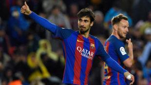 Gomes (24), junto a Rakitic en un partido del Barcelona