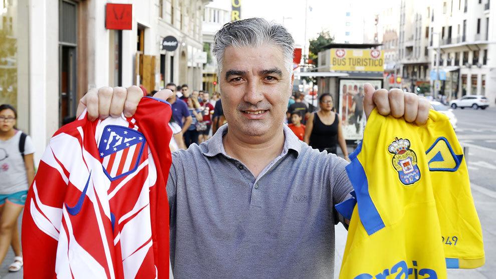 Víctor Alfonso posa para MARCA con la camiseta del Atlético y de Las...