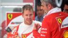 Vettel charla con el jefe de Ferrari, Maurizio Arrivabene, en...