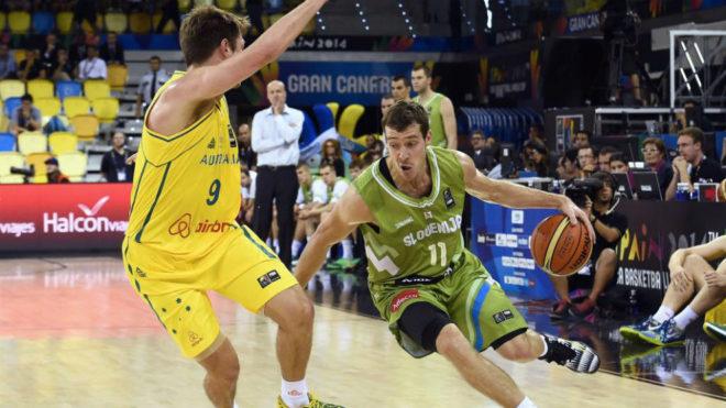Goran Dragic lleva el balón en el partido frente a Australia en el...