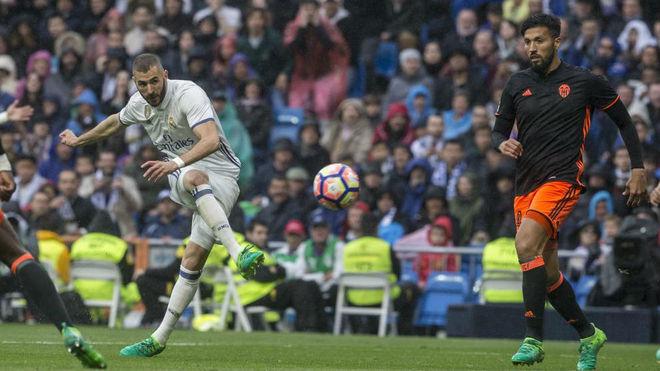Benzema anota un tanto ante el Valencia