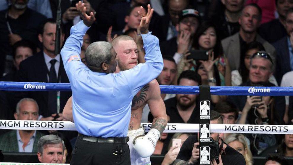 Momento en el que el árbitro Byrd detiene la pelea