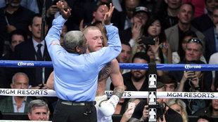 Momento en el que el �rbitro Byrd detiene la pelea