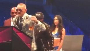 McGregor con una botella de whisky en la conferencia de prensa...