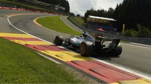 Hamilton sube la mítica Eau Rouge de Spa.