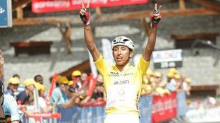 Egan Bernal celebrando su triunfo en el Tour del Porvenir.