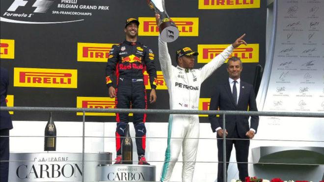 Hamilton celebra su victoria en el podio de Spa.