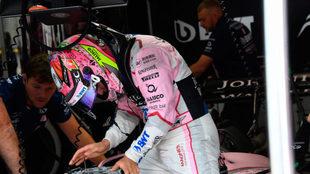 Checo, en el box de Force India.