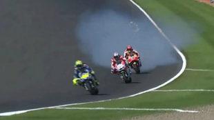 La moto de Marc desprende humo.