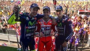 Rossi, Dovizioso y Viñales, en el podio de Silverstone.