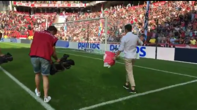 Guardado recibe el homenaje de la afición holandesa.