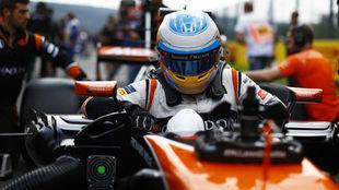 Alonso se mete en su coche antes de la salida.