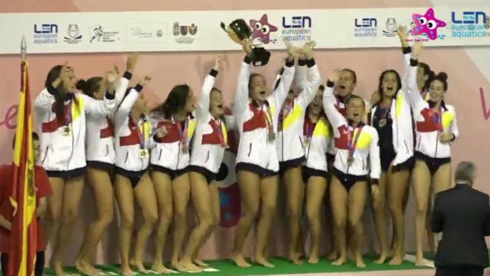 Las jugadoras de la selección española levantando el trofeo de...