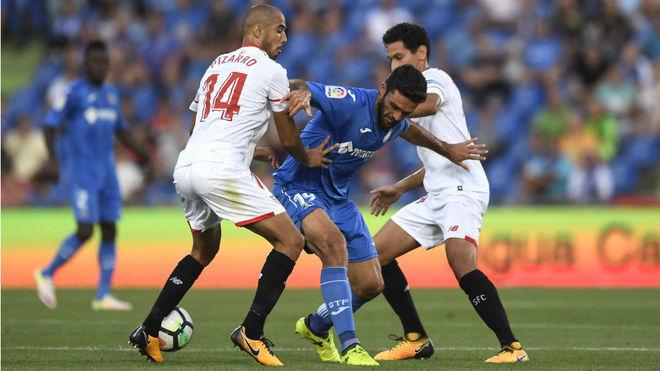 Pizarro y Ganso tratan de detener a Jorge Molina.