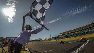 Andrea Dovizioso cruza la l�nea de meta en Silverstone