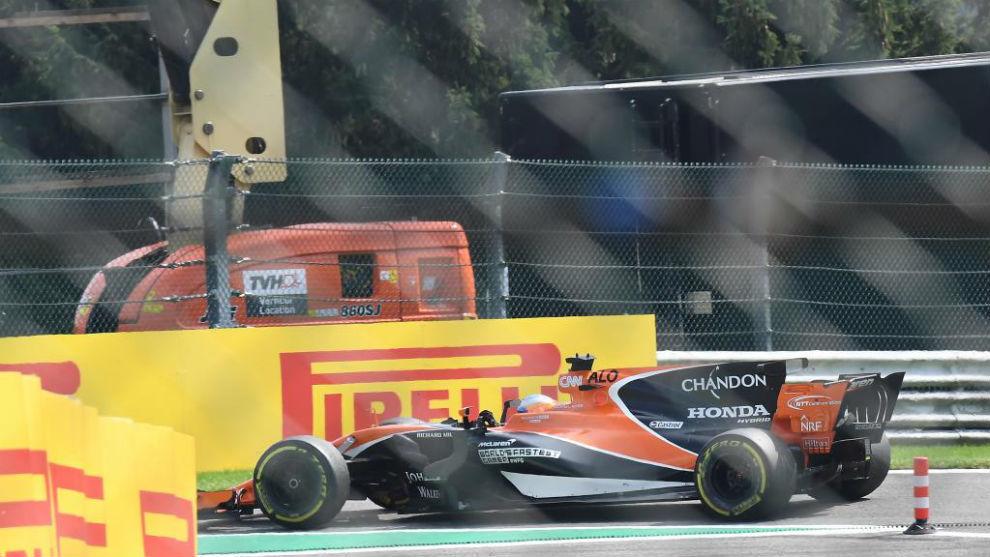 Fernando Alonso, en el momento de dirigirse a boxes tras abandonar en...