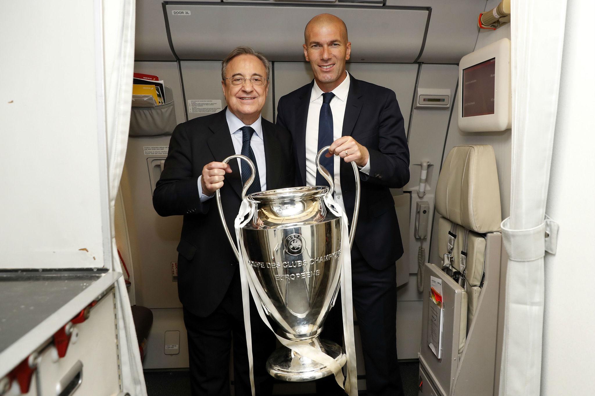 Florentino Pérez  y Zidane, con la Champions conquistada en Cardiff.