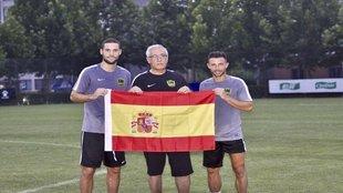Gregorio Manzano, acompañado de la bandera de España, posa con Mario...