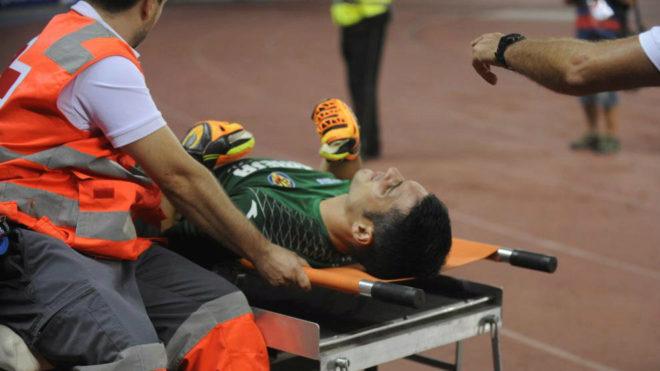 Andrés Fernández es retirado en camilla tras la grave lesión que se...