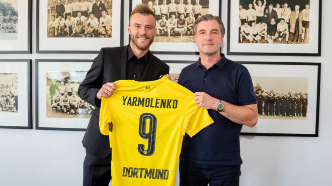Yarmolenko posa con la camiseta del Dortmund.