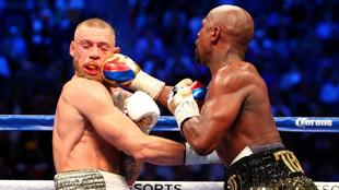 Mayweather golpea a McGregor