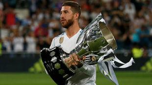 Sergio Ramos con el trofeo de la Liga en el Santiago Bernabéu