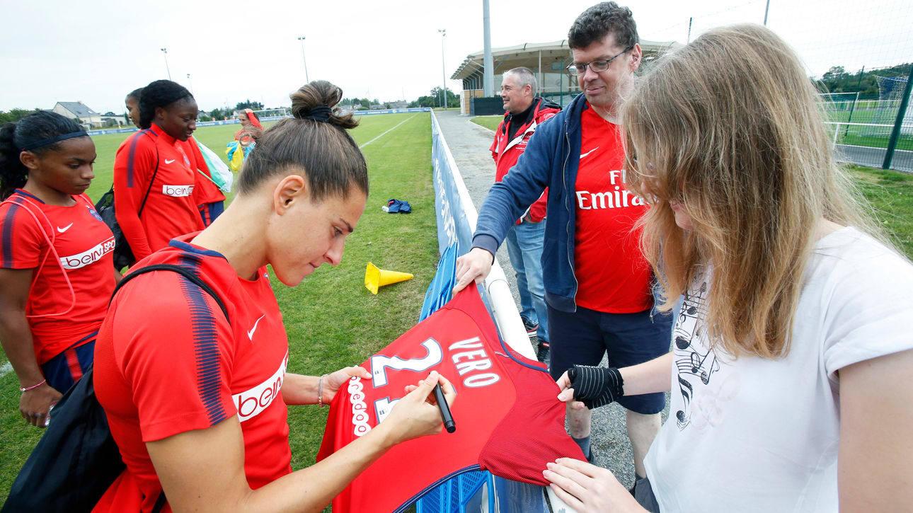 Vero Boquete firmando autógrafos a una aficionada.