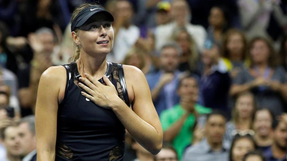 María Sharapova (30) se muestra sorprendida tras superar a Simona...