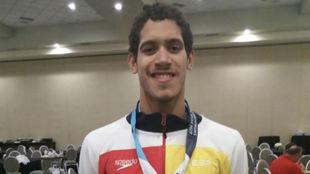 Hugo González posa con una medalla en Indianápolis.