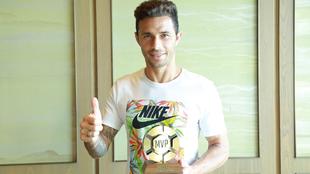 Rubén Castro (36) posa con el trofeo al mejor jugador de la jornada...