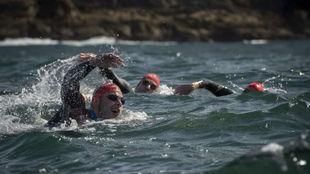 Varios nadadores en la Triple Corona Illas Atlánticas.
