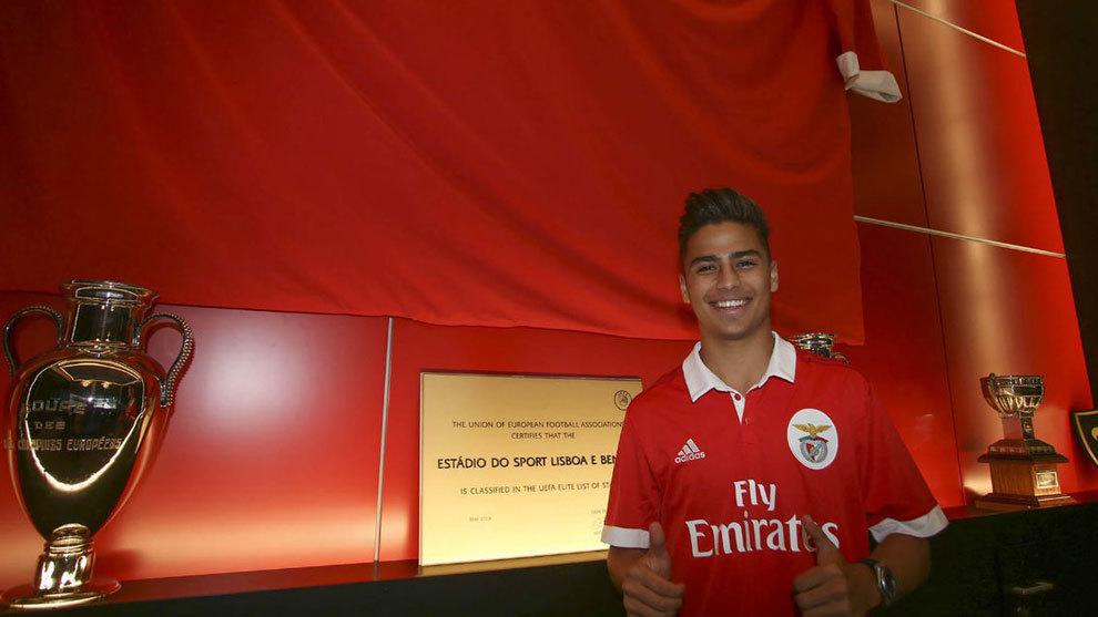 Paolo Medina posa con la camiseta del Benfica
