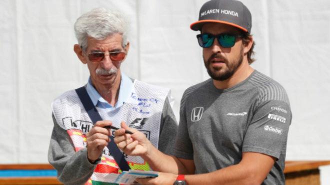Alonso firma un autógrafo.