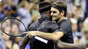 Federer saluda a Frances Tiafoe tras ganar el partido.
