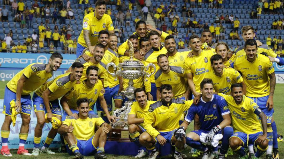 Los jugadores de Las Palmas levantan el Trofeo Carranza