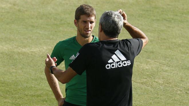 Brasanac habla con Setién en un entrenamiento.