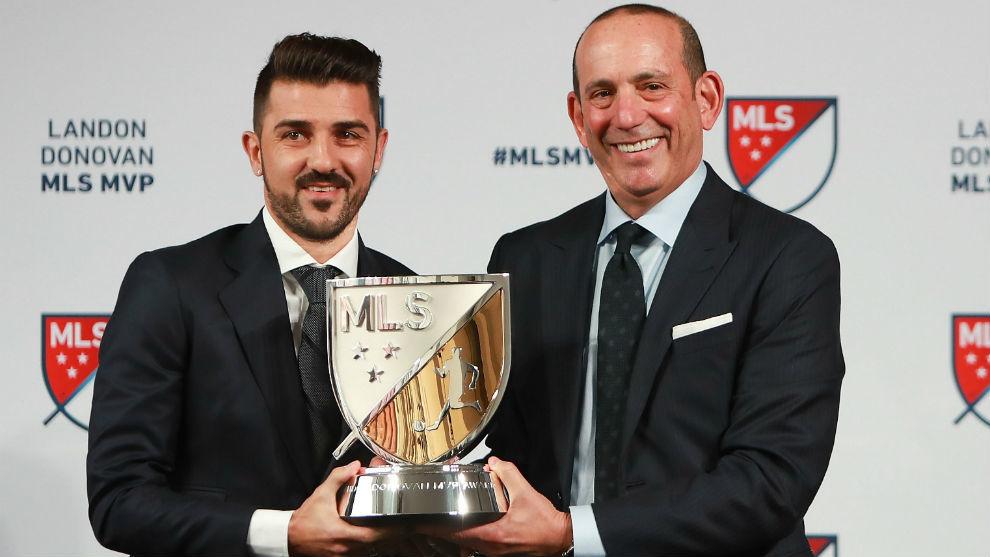 Villa recibe el premio de mejor jugador de la MLS de manos del...