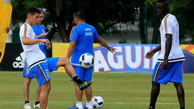 James toca el balón ante la mirada de Davinson Sánchez.