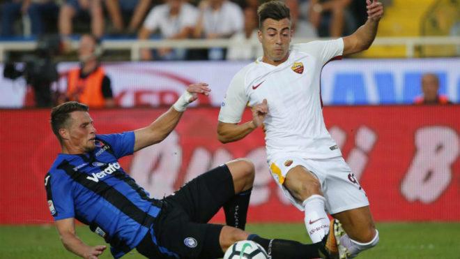 El defensa del Atalanta Rafael Toloi, a la izquierda, en un partido...