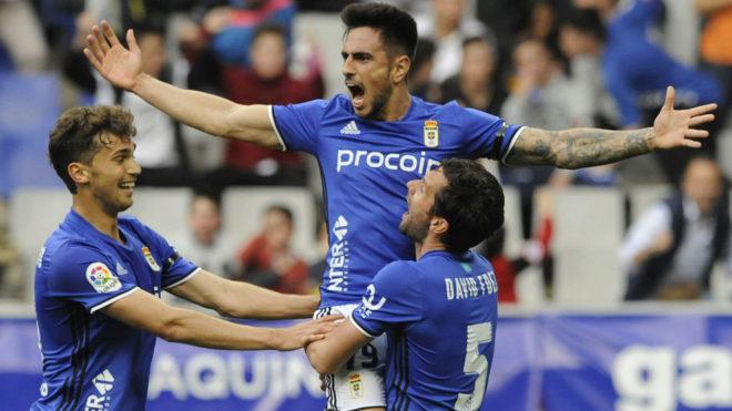 Costas, cedido al Oviedo la temporada pasada, celebra un gol con el...