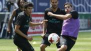 Vallejo pelea un bal�n con Theo en un entrenamiento del Madrid.