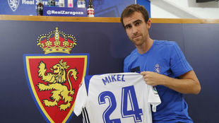 Mikel Gonz�lez posa con su nueva camiseta en su presentaci�n.
