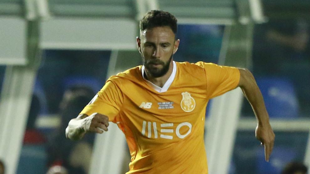 Miguel Layún , en un partido con el Oporto.