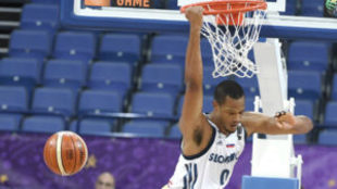 Anthony Randolph machaca el aro polaco