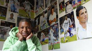 Mbappé en su cuarto forrado por imágenes de Cristiano